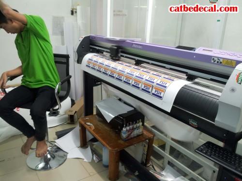 Gia công bế tem decal sữa bằng máy bế Mimaki hiện đại nhất