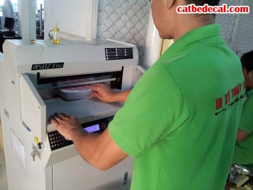 Nhân viên CatBeDecal đang gia công cắt bế decal trong cho khách hàng sau in