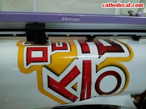 Tiến hành cắt bế nhanh chóng decal trang trí với máy bế Mimaki hiện đại, tiến tiến nhất hiện nay tại CatBeDecal