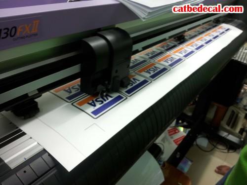 In Decal nhựa giá rẻ tại Cắt Bế Decal. Trực tiếp cấn bế decal bằng máy bế Mimaki hiện đại