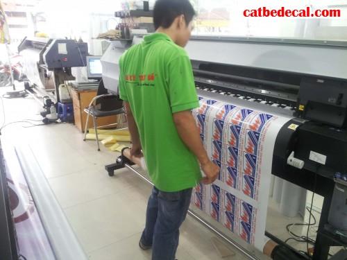 Nhân viên CatBeDecal đang giám sát quá trình in decal trong cho khách hàng