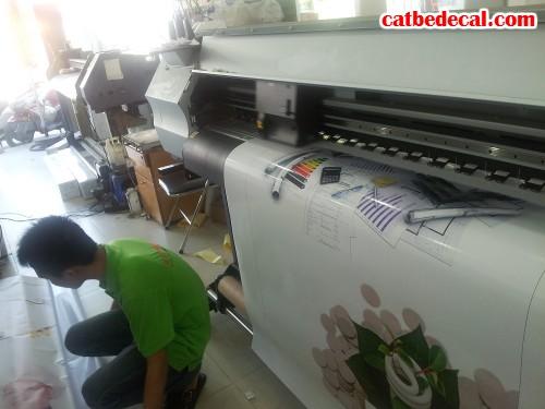 Thực hiện gia công cắt bế sticker nhãn dán trực tiếp từ máy bế Mimaki Nhật Bản
